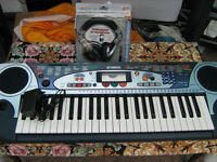 Yamaha keyboard good working order with new professional headphones