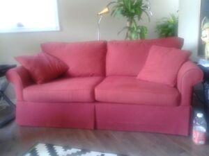 canapé rouge en tissus. coussins des 2 assises neufs