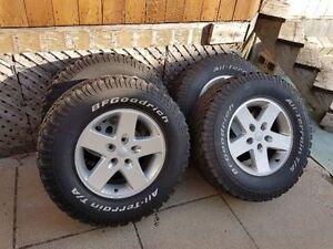"""Jeep Wrangler JK / rims original de 17"""" avec pneus"""
