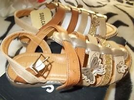 LOVELY,NEW SANDALS SOULCAL AND CO,SIZE 34(2 OLDER GIRLS)