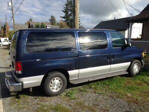 2001 Ford E-150 Chateau Minivan, Van
