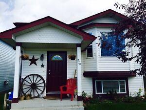 Beautiful Pet Friendly House in Erin Woods SE!