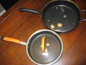 2 NON-STICK FRYING PANS @ GLASS LIDS