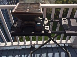 Barbecue portatif de camping, idéal pour petit balcon.