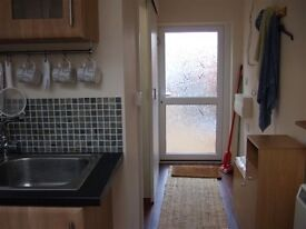 One Bed Garden Flat Bills included Short Lets Free Parking Close Station, Addenbrooks, ARM, Mill Rd