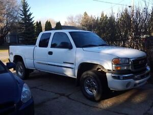 2006 GMC Sierra 2500 HD 4x4 Pickup Truck (comes with topper)