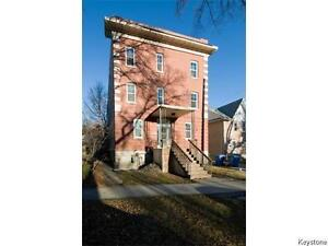 BEAUTIFUL 2 BEDROOM IN THE HEART OF CRESCENTWOOD!
