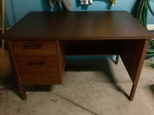 Solid wood desk/Bureau en bois solide