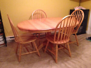 Beautiful solid oak table & chairs