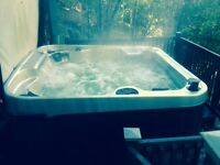 Spacious hot tub with 18 jets and Ecoclean purification system!