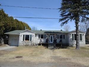 Maison avec garage sur un grand terrain, 3 chambres et 2 SDB