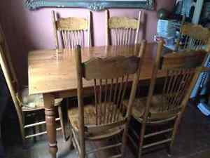 SOLID PINE HARVEST TABLE WITH CHAIRS
