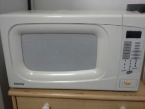 MICROWAVE - MICRO-ONDES Danby