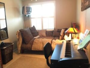 Room in Mississauga - Close to UTM/Sheridan/ Humber and Go!