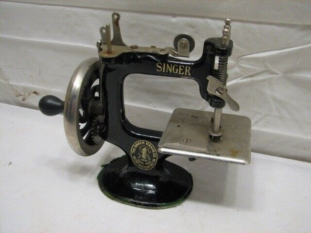 Vintage Cast Iron Singer Toy Sewing Machine 7 spoke Miniature