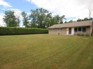 Great Country Home W/ 3 Bdrms In Pickering