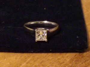 GORGEOUS 18K WHITE GOLD DIAMOND SOLITAIRE RING / PRINCESS CUT