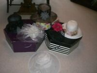 A SELECTION OF 6 HATS - 2 FASCINATORS AND 4 BRIMMED