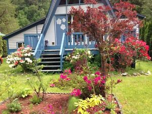 Cutie Kawkawa Lakeside 2 Bdrm + Loft Cabin -SUPER VIEWS & YARD!