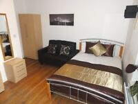 Zone 2: By Canary Wharf Docklands. Beautiful Kingsize with Sofa TV. inc Bills FREE WiFi Cleaner