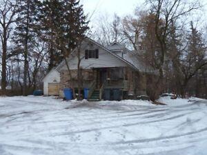 DEUX maisons à rénovées sur terrain 129,059 pc