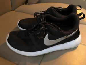 NIKE Womens Roshe Sneakers
