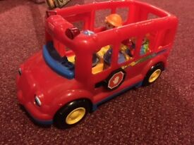 "Fisher Price ""Little People"" School Bus, -complete with 4 figures"