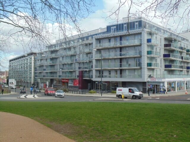 A well presented contemporary 2 double bedroom flat, Quadrant Court, London Designer Outlet, £1550