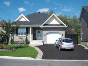Bungalow 2012 impeccable, garage, véranda (aucun voisin arrière)