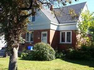 BEAUTIFUL 3 BEDROOM HOME IN CENTRAL LOCATION - 61 Helen St