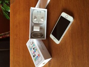 Iphone 5. 32gb. Silver.  Telus with box