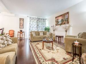 3 Bdrm End-Unit Townhouse In The Heart Of Applewood
