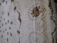 VINTAGE; LARGE OVAL TABLECLOTH AND 8 MATCHING NAPKINS