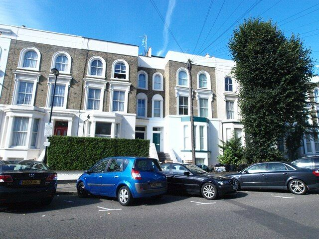 Stunning 2 bedroom flat opposite Finsbury Park tube with private roof terrace on a tree lined steet