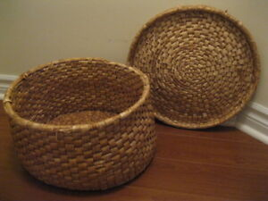 LARGE WOVEN BASKET WITH LID PERFECT FOR YOU PUPPY OR KITTY CAT