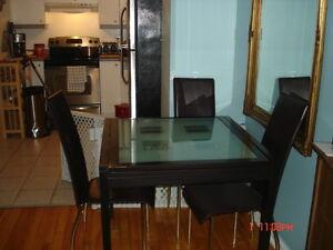 TABLE    et  4  chaises  structure   bonne  confition  400$