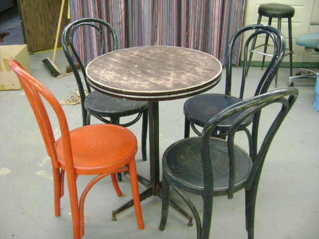 Table chaises kitchen dining wares cornwall kijiji for Chaise bercante kijiji