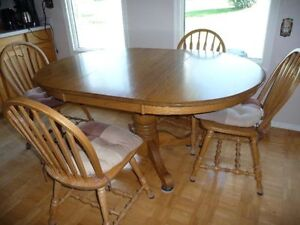 OAKTABLE AND 4 CHAIRS (LEAF INLCUDED)