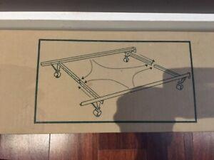 Support de lit en métal sur roulettes