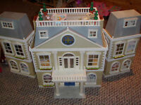 Calico Critter Cloverleaf Manor with accessories
