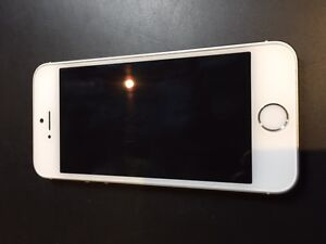 phone 5s 32g blanc/white excellen condition : 200$