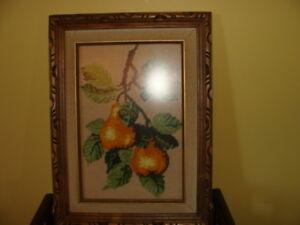Magnifique tableau en petits points, vitré, cadre en bois,poires