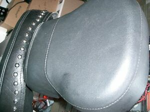 Harley seat with pas. pad    recycledgear.ca