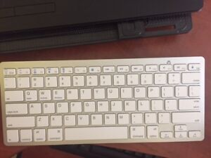 White Bluetooth Keyboard used for 1 month,Keys are very quite