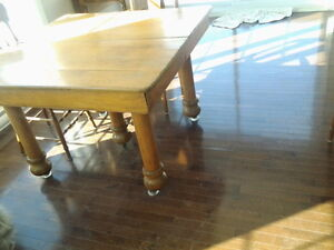 Table antique avec 5 belles grosses pattes et 3 rallonges