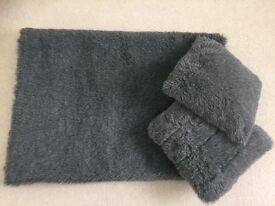 Grey Faux fur Throw with 2 cushions