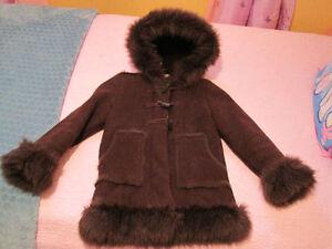 Manteau Gap 6-7 ans fille doublé de fausse fourrure avec capucho