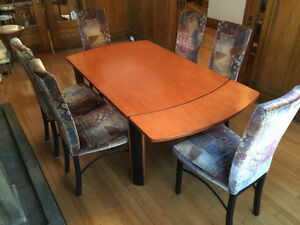 Beautiful   Dining table with 6 chairs !   Urgent Sale
