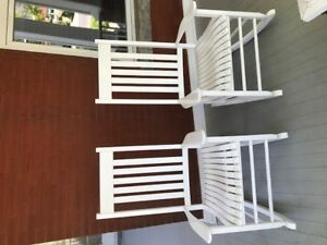 Chaises berçantes blanches style cape cod