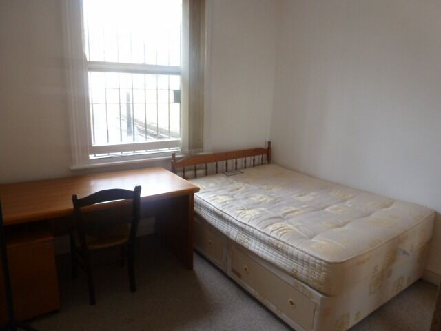 Bedroom available on a flat share let with lounge bills included